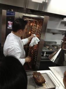 Daging dipanggang menggunakan rak diatas loyang