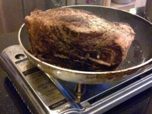 Daging digoreng di wajan dengan minyak panas sebelum dipanggang