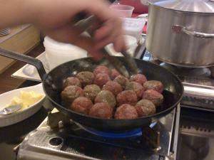 Meatball dimasak di wajan dengan minyak goreng