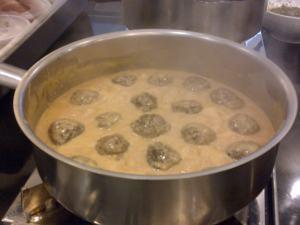 Meatball ketika dimasak di cream sauce