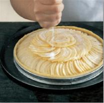 Memberikan butter diatas pie